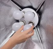 Instalować diody energooszczędną żarówkę w miękkim pudełku dla zaświecać, ręka, w górę, iluminacja zdjęcia royalty free