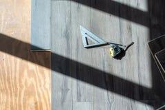 Instalować konstruujących uwarstwiających drewnianych narzędzia i podłogę używać zdjęcia royalty free