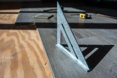 Instalować konstruujących uwarstwiających drewnianych narzędzia i podłogę używać zdjęcia stock