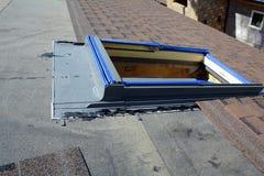 Instalować Skylights w nowym domu Bitumów dachowi gonty Opary bariera i Waterproofing dachowy niedokończony zdjęcia royalty free