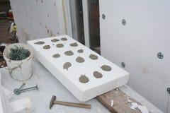 Instalować sztywno styrofoam izolacji deskę na dom ścianie dla energooszczędnego Sztywno wyrzucona polistyrenowa izolacja z kling obrazy stock