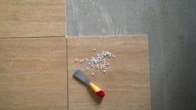 Instalujący ceramiczne podłogowe płytki - mierzący i ciąć kawałki zbiory