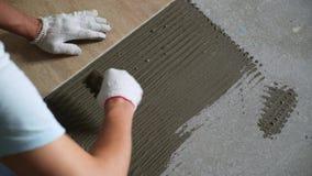 Instalujący ceramiczne podłogowe płytki - mierzący i ciąć kawałki zdjęcie wideo