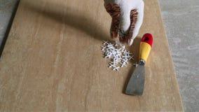 Instalujący ceramiczne podłogowe płytki - mierzący i ciąć kawałki zbiory wideo