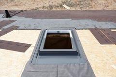 Instalujący nadokiennego skylight na dachu z Asfaltowymi gontami lub bitumem Tafluje w budowie fotografia royalty free