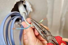 Instaluje elektrycznego ujście, pasków kable przed ciągnąć one Zdjęcia Stock