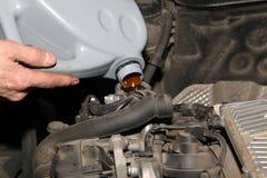 Instandhaltung des Autos Auslaufendes Schmieröl Stockfoto