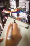 Instandhaltungsaufzeichnung des Technikers des Gestells brachte Server am Klemmbrett an Stockfotografie