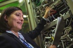 Instandhaltungsaufzeichnung des Technikers des Gestells brachte Server am Klemmbrett an Stockfotos
