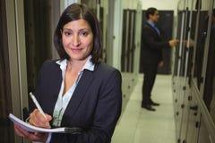 Instandhaltungsaufzeichnung des Technikers des Gestells brachte Server in Papier an Lizenzfreies Stockbild