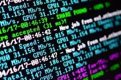 Instantâneo macro da relação do programa para a mineração cripto da moeda no monitor de um computador de escritório O conceito do fotografia de stock royalty free