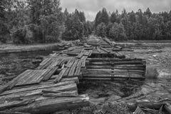 Instantané noir et blanc d'un pont en bois détruit Photographie stock libre de droits