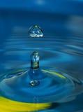 Instantance blu del waterdrop di colore fotografie stock libere da diritti