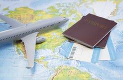 Instapkaart, paspoort, vliegtuig op de kaart royalty-vrije stock foto's