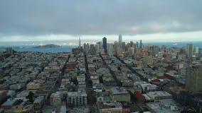Instaurazione dell'insieme urbano golden gate bridge del sole delle nuvole di San Francisco Low di vista aerea stock footage
