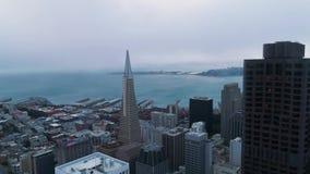 Instaurazione dell'insieme urbano golden gate bridge del sole delle nuvole di San Francisco Low di vista aerea video d archivio