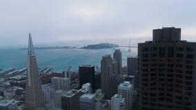 Instaurazione dell'insieme urbano golden gate bridge del sole delle nuvole di San Francisco Low di vista aerea archivi video