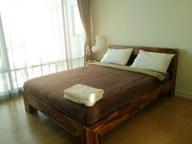 Instinto de los withLens del hotel del sitio de la cama en luz del sol imagenes de archivo