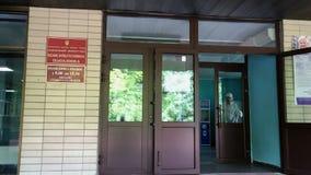 Institución médica oncological principal de Ucrania inscripción en la placa: Instituto Nacional del Cáncer en ucraniano almacen de metraje de vídeo