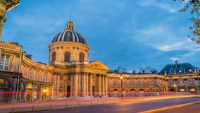 Institut de Γαλλία στο Παρίσι στο σούρουπο και τα φω'τα επάνω, ζουμ μέσα φιλμ μικρού μήκους