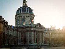 Institut de France au coucher du soleil à Paris, France Photo stock