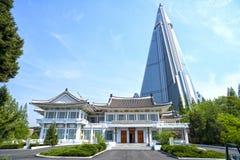 Instituto do bordado de Pyongyang e o hotel de Ryugyong Pyongyang, DPRK - Coreia do Norte imagem de stock