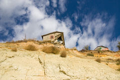 Instortend huis op de kustonderbreking Stock Foto's