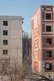 Instortend vijf-verhaal paneelhuis ruïnes dilapidated huisvesting royalty-vrije stock foto
