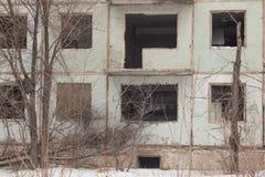 Instortende vijf-verhaal paneelhuizen ruïne Dilapidated bouw royalty-vrije stock foto