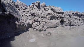 Instorting van een muur in zand stock video