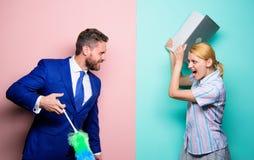 Instrução profissional e carreiras A mulher escolhe trabalhar a tecnologia digital Menina da força do homem a limpar gender fotografia de stock