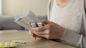Instrução superior para comprimidos na tabela, automedicação prejudicial da leitura da mulher vídeos de arquivo