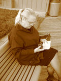 Instruções da câmera da leitura da mulher Imagens de Stock