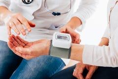 Instruções do givind do doutor sobre o tensiometer Imagem de Stock