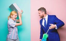Instru??o profissional e carreiras A mulher escolhe trabalhar a tecnologia digital Menina da for?a do homem a limpar gender imagem de stock royalty free