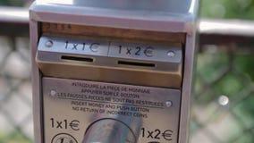 Instrucción de FRANCIA, PARÍS de utilizar los prismáticos para la visión y el paisaje, Montmartre almacen de video