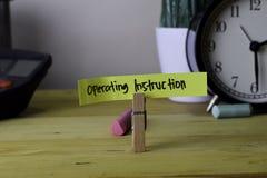Instrucción de funcionamiento Escritura en notas pegajosas en clavijas de ropa en el escritorio de oficina de madera fotografía de archivo
