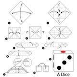 Instrucciones paso a paso cómo hacer papiroflexia un dado Fotografía de archivo