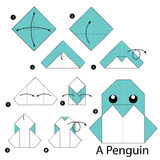 Instrucciones paso a paso cómo hacer papiroflexia un pingüino Fotos de archivo