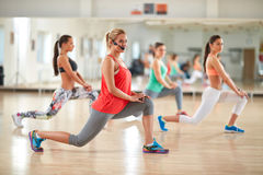 Instructeur aérobie au centre de fitness Photo stock