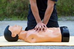 Instructeur affichant le CPR Photos libres de droits