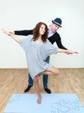 Instructeur de danse montrant des mouvements de danse de fille Images stock