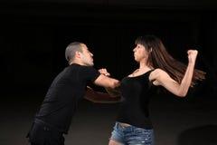 Instructeur de femelle d'arts martiaux image libre de droits