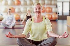 Instructeur de yoga montrant l'exercice Images stock