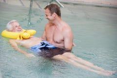Instructeur en Patiënt die de Therapie van het Water ondergaan Stock Fotografie
