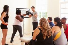 Instructeur In Exercise Class de forme physique pour les personnes de poids excessif photo libre de droits