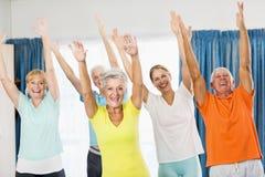 Instructeur faisant des exercices avec des aînés Photo libre de droits