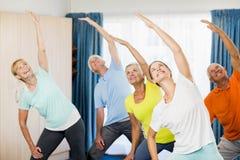 Instructeur faisant des exercices avec des aînés Photo stock