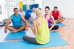 Instructeur parlant avec la classe dans le centre de fitness Photographie stock