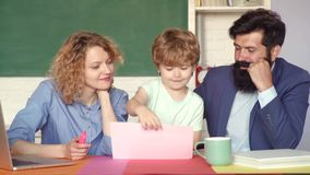 Instruction à la maison de maths de famille - parents enseignant à enfants des leçons privées dans les maths Éducation pour des e banque de vidéos
